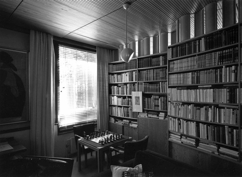 Ese remate TAN transparente, esa biblioteca tan acogedora..