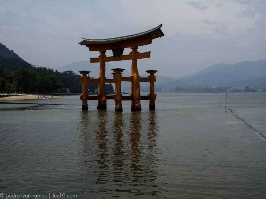 Es lo que parece: un Torii gigante rodeado de agua. miyajima luz10 pedro ivan ramos martin