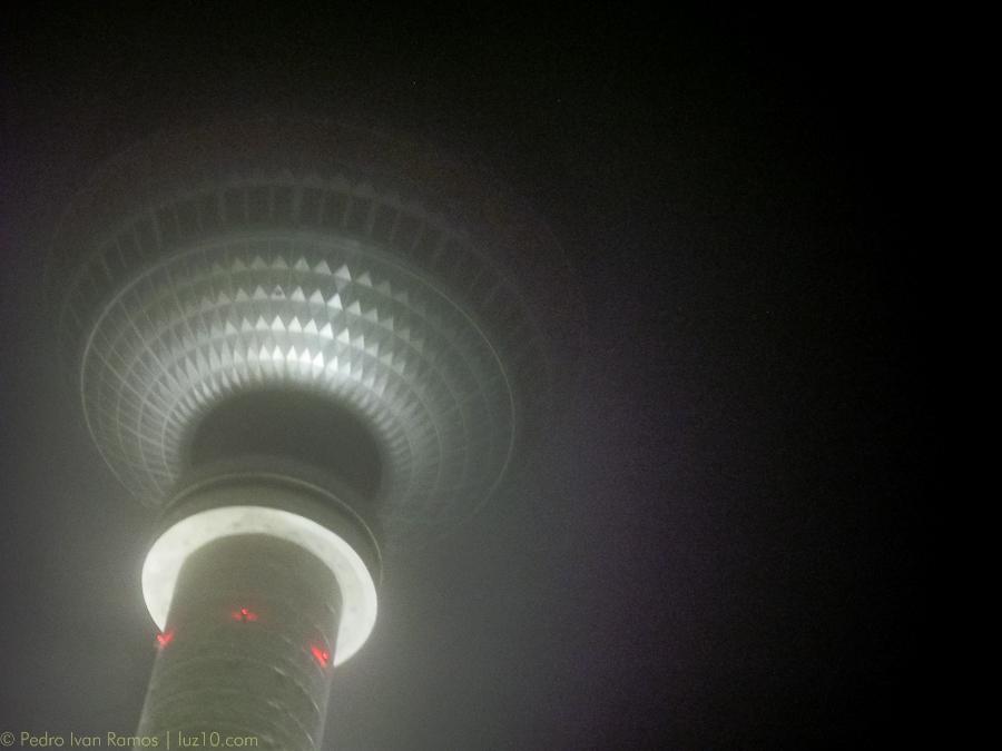 La niebla no deja ver lo más alto de Berlín. © pedro ivan ramos martin luz10
